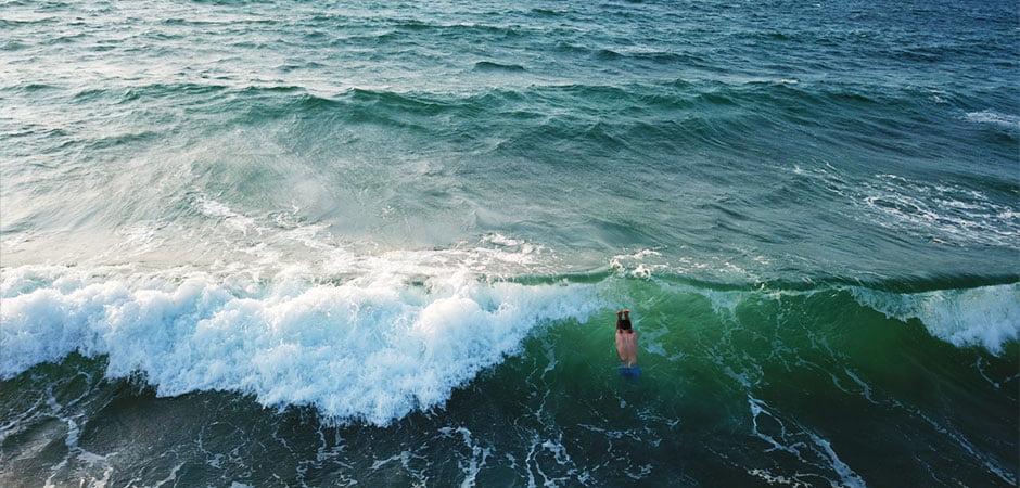 ブルターニュの海、ティモテが泳ぎます、夏でも海は18度