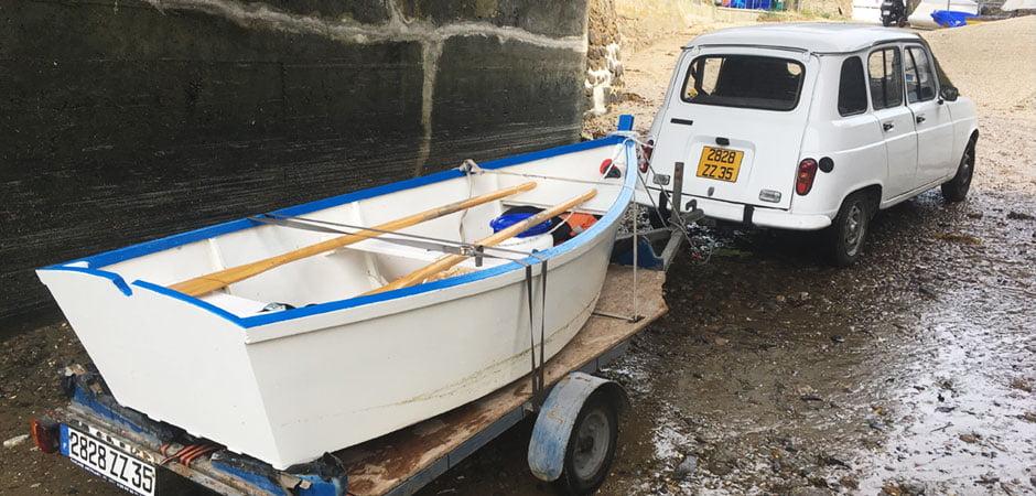 西フランスのブルターニュ県、ティモテの木のボート&フランス車のルーノ4L
